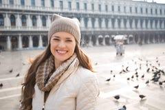 Портрет счастливой молодой женщины на аркаде Сан Marco среди голубей Стоковые Фото