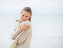 Портрет счастливой молодой женщины на холодном пляже Стоковые Фото