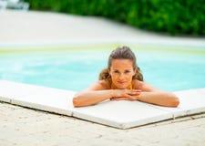 Портрет счастливой молодой женщины ослабляя в бассейне Стоковое Изображение RF