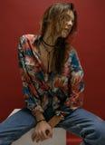 Портрет счастливой молодой женщины, представляющ в рубашке цвета и голубом je Стоковые Изображения