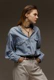 Портрет счастливой молодой женщины, представляя в рубашке демикотона Стоковые Фото