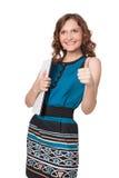 Портрет счастливой молодой женщины представляя с компьтер-книжкой стоковое изображение rf