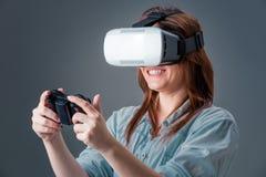 Портрет счастливой молодой красивой девушки получая опыт используя стекла VR-шлемофона виртуальной реальности Стоковое Фото