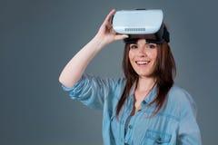 Портрет счастливой молодой красивой девушки получая опыт используя стекла VR-шлемофона виртуальной реальности Стоковое Изображение RF