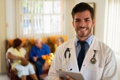 Портрет счастливой молодой клиники доктора Working В медицинской Стоковая Фотография RF