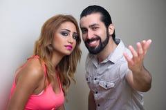 Портрет счастливой молодой пары стоя совместно Стоковое Изображение RF