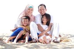 Портрет счастливой мусульманской семьи в пляже стоковые изображения rf