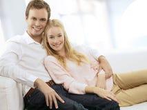 Портрет счастливой пары сидя совместно Стоковые Фото