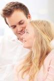 Портрет счастливой пары сидя совместно Стоковая Фотография