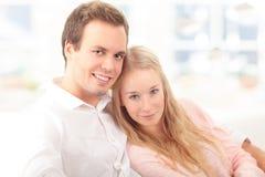 Портрет счастливой пары сидя совместно Стоковое Фото