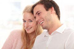 Портрет счастливой пары сидя совместно Стоковое фото RF
