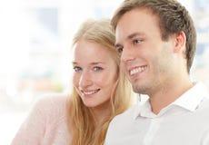 Портрет счастливой пары сидя совместно Стоковая Фотография RF
