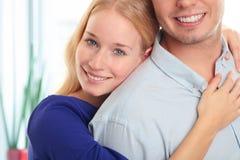 Портрет счастливой пары сидя совместно Стоковые Изображения