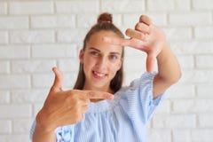 Портрет счастливой положительной девушки Стоковые Фото