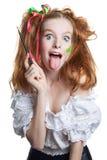 Портрет счастливой рыжеволосой девушки с щеткой в его руке взволнованности людские положительно стоковые изображения