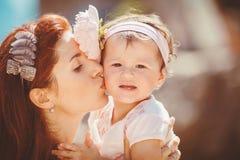 Портрет счастливой семьи женщины и ребенка имея потеху голубым морем в летнем времени Стоковое Фото