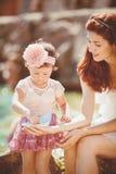 Портрет счастливой семьи женщины и ребенка имея потеху голубым морем в летнем времени Стоковые Изображения