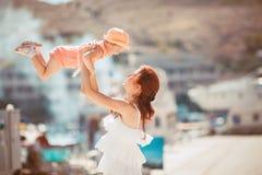 Портрет счастливой семьи женщины и ребенка имея потеху голубым морем в летнем времени Стоковое фото RF