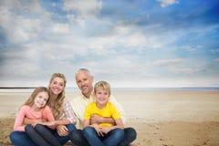 Портрет счастливой семьи на пляже против неба Стоковая Фотография