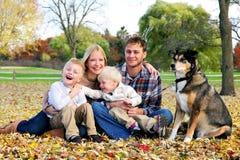 Портрет счастливой семьи при 2 брать попадать  Стоковое Изображение RF