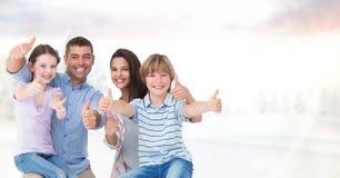 Портрет счастливой семьи против неба Стоковое Фото