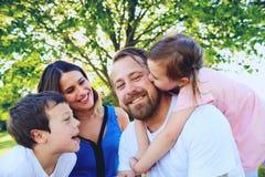 Портрет счастливой семьи с детьми в лете Стоковое Изображение RF