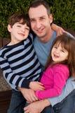 Портрет счастливой семьи усмехаясь и смеясь над Стоковые Изображения