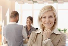 Портрет счастливой скрепленной коммерсантки на офисе Стоковое фото RF