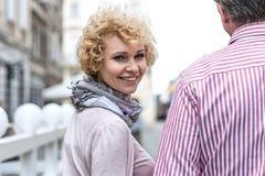Портрет счастливой средн-постаретой женщины с человеком outdoors стоковые изображения