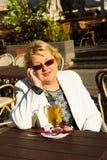 Портрет счастливой старшей женщины говоря на телефоне Стоковая Фотография RF