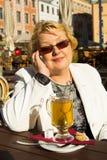 Портрет счастливой старшей женщины говоря на телефоне Стоковое Изображение RF