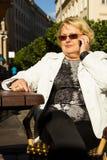 Портрет счастливой старшей женщины говоря на телефоне Стоковое Изображение