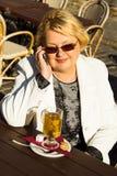 Портрет счастливой старшей женщины говоря на телефоне Стоковые Изображения