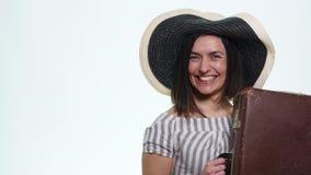 Портрет счастливой туристской женщины держа пасспорт на празднике изолированный на белой предпосылке акции видеоматериалы