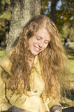 Портрет счастливой усмехаясь блондинкы в парке Стоковые Изображения
