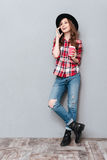 Портрет счастливой усмехаясь девушки говоря на мобильном телефоне Стоковые Фотографии RF