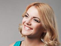 Портрет счастливой усмехаясь девушки представляя в студии стоковые изображения