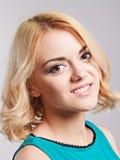 Портрет счастливой усмехаясь девушки представляя в студии Стоковое Изображение