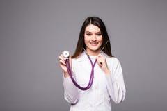 Портрет счастливой усмехаясь женщины доктора с стетоскопом на серой предпосылке Стоковые Фотографии RF