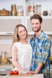 Портрет счастливой усмехаясь пары на кухне стоковые фотографии rf