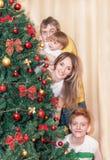Портрет счастливой усмехаясь семьи рождественской елкой Стоковые Фотографии RF