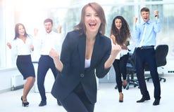 Портрет счастливой успешной бизнес-группы на офисе Стоковые Изображения