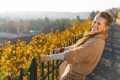 Портрет счастливой элегантной женщины ослабляя в парке осени Стоковая Фотография