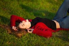 Портрет счастливой sporty женщины ослабляя в парке Радостная женская модель дышая свежим воздухом outdoors Здоровый Active Стоковое Фото