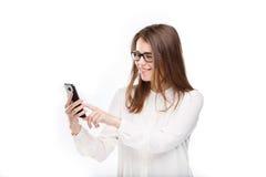 Портрет счастливый, усмехаясь женщина отправляя СМС на ее умном телефоне, изолированная белая предпосылка черный телефон приемник Стоковое Изображение