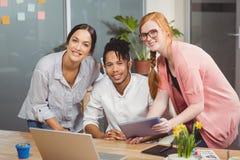 Портрет счастливых бизнесменов в офисе Стоковое фото RF