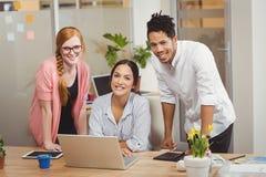 Портрет счастливых бизнесменов в офисе Стоковое Фото