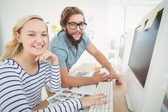 Портрет счастливых бизнесменов на столе компьютера стоковые изображения