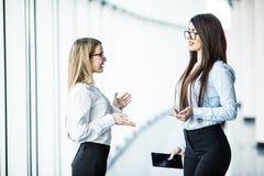 Портрет счастливых бизнесменов обсуждая совместно в офисе Стоковое Изображение RF