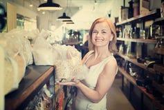 Портрет счастливых гроутов женщины радостно ходя по магазинам стоковая фотография rf